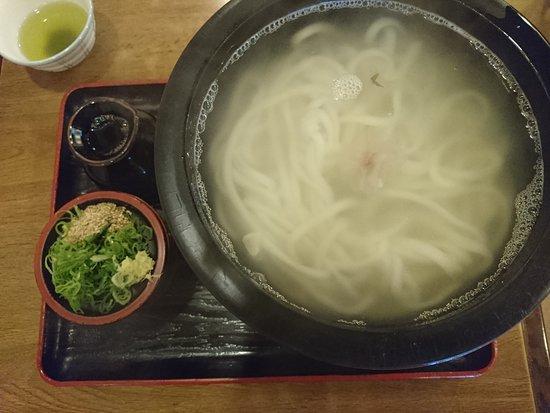夏になってもうどんは釜揚げ。手打ちうどんは滑らかで腰があり美味しい。汁も麺にぴったしで美味しい。750円です。