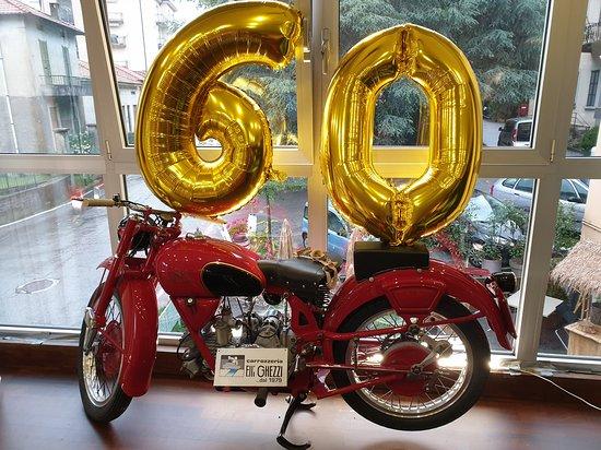 Sirtori, Italie: La moto del Sig. Prospero con i palloncini per la festeggiata.