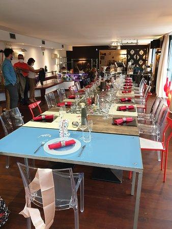 Sirtori, Italie: La tavolata con il colore rosso scelto dalla festeggiata.