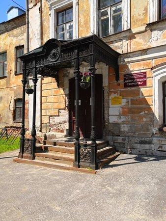 Вход в старое здание усадьбы