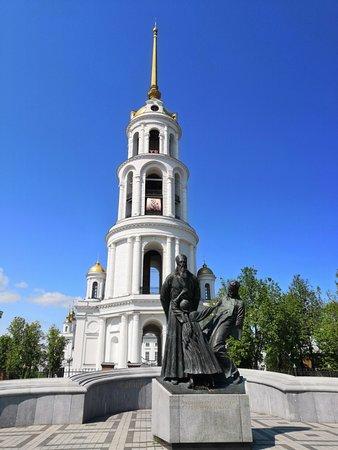 Удачный выбор расположения монумента - на фоне колокольни...
