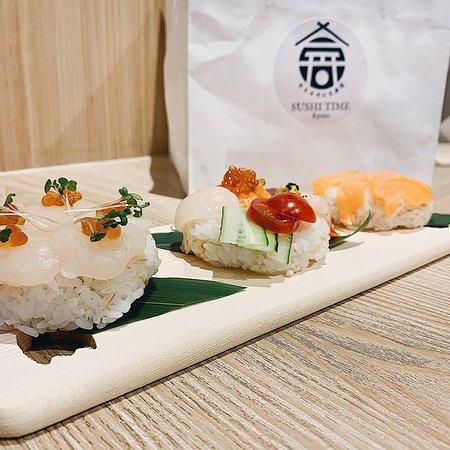 OPEN 11:30〜21:00 なぜドーナツ寿司? 観光名所の京都市内で日本食文化の代名詞の寿司をドーナツ型のシャリにする事で海外からの観光客をびっくりさせてやろうと思ったのがそもそものはじまり。  寿司屋 sushi timeホームページ↓ https://sushi-time-kyoto.net/  寿司体験ブログ ↓ クリスタルさん URL:https://auntie.tw/sushi-time/  YouTube動画↓ https://youtu.be/E-2G2KibeIc   #Halal  #halalsushi #sushitime #halalinkyoto #halalrestaurant #kansai #halaljapanesefood #halalinjapan #japanesesushi #muslimfriendly #halalbeefsteak #halalbeef #halalkobebeef #kyoto #sushijapan #halalmediajapan