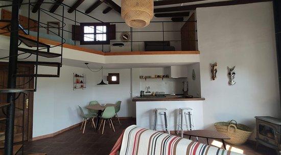 Apartamento tipo dúplex. Diáfano, de un solo ambiente y con cocina americana.