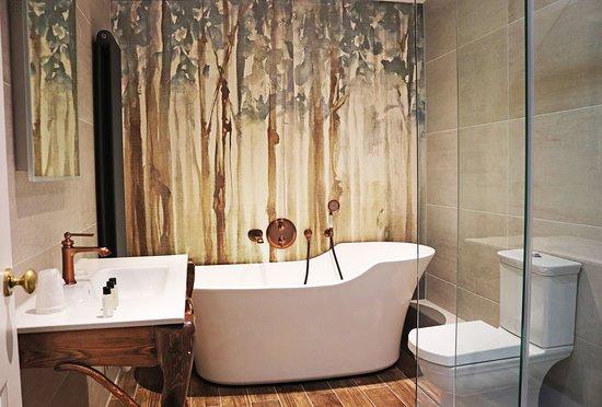 Shillingford, UK: river side junior suite bathrooms