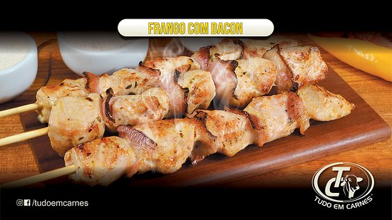 São Paulo, SP: Delicioso peito de frango intercalado com fatias de bacon crocante que da um sabor único na carne, 100g no espetinho,