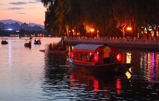 Private Illuminated Beijing Tour with Chartered Boat Ride at Houhai Lake – fénykép