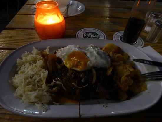 Der Hauptgang: Nackenkotlett mit Spiegelei, Bratkartoffeln und rustikalen Krautsalat.