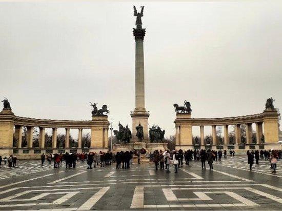 Monument in Hero's plaza. - Kahramanlar Meydanı, Budapeşte Resmi - Tripadvisor