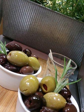 Znakomite, nadziewane różnościami oliwki