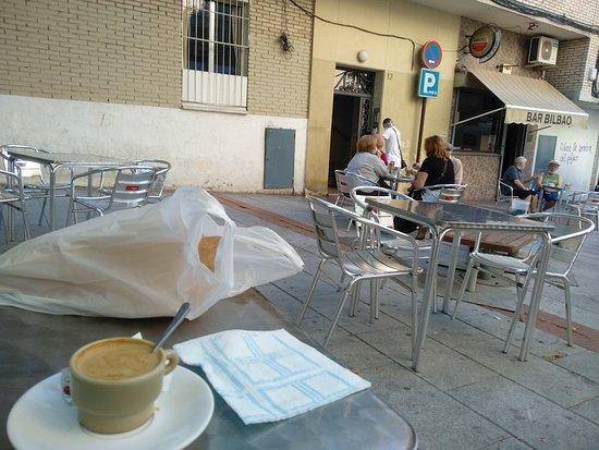 Café en mini taza y buenas porras,,,, que tienes que ir tú a comprar a la churrería de al lado. No tenían nada y eran las 10:00 de la mañana