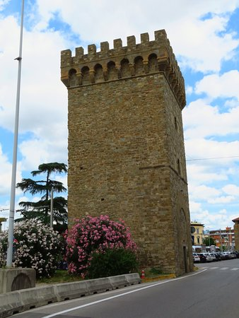 La Torre della Serpe, lungo viale Fratelli Rosselli