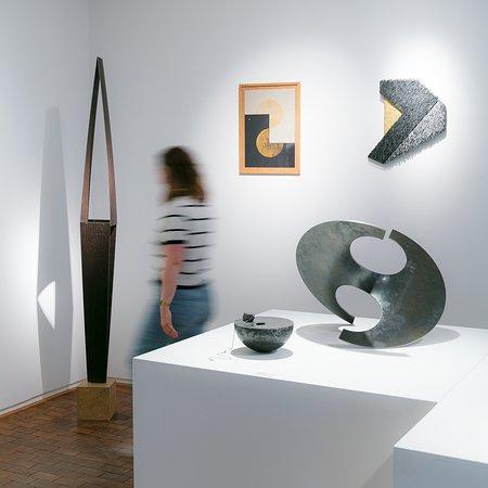 Variété de textures, jeux sur les formes et effets de surfaces sont au rendez-vous à la Galerie Collection  dans une scénographie spécifique.