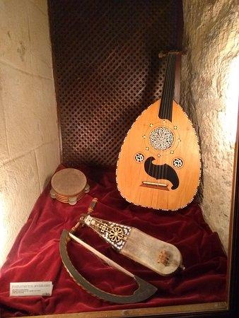 Instrumentos musicais andaluzes antigos expostos na Torre de Calahorra, em Córdoba.