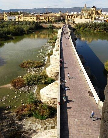 Ponte romana sobre o rio Guadalquivir vistos do topo da Torre de Calahorra, em Córdoba.