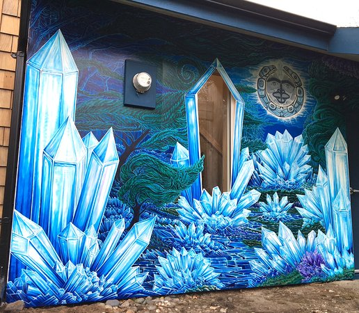 Tlell, Canadá: Installed in 2019, our custom designed mural at Crystal Cabin celebrates our passion for Haida Art & Crystals. Artwork by local artist Thomas Arnatt & Haida artist Kwiaahwah Jones.