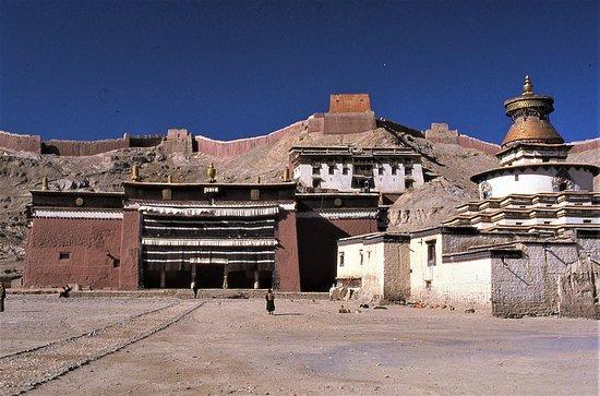 Gyangze County, Cina: Monastero di Pelkor Chode - Gyantse - Tibet - Cina. A 4000 metri di altezza, sole perenne a marzo.   Diapositiva scannerizzata.  Cliccare sulla foto per vederla come scattata.