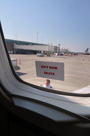 الخطوط الجوية المتحدة: UA4342 Knoxville to Houston EMB-145 (#N15574) Seat 18D - Exit Row sign on window