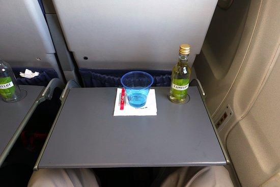 الخطوط الجوية المتحدة: UA4342 Knoxville to Houston EMB-145 (#N15574) Seat 18D - Tray table and wine