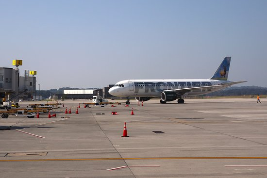 الخطوط الجوية المتحدة: UA4342 Knoxville to Houston EMB-145 (#N15574) Seat 18D - Pushing back from Gate 7