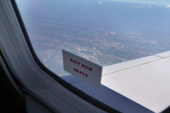 الخطوط الجوية المتحدة: UA4342 Knoxville to Houston EMB-145 (#N15574) Seat 18D - View out of Exit Row on EMB-145