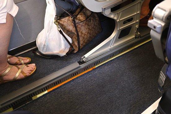 الخطوط الجوية المتحدة: UA4342 Knoxville to Houston EMB-145 (#N15574) Seat 18D - Step up to seat from aisle