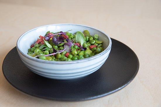 Ragoût de fèves et petits pois au Chorizo Cular, œuf bio fermier poché, crumble au parmesan  - Arkose Lille carte été 2020