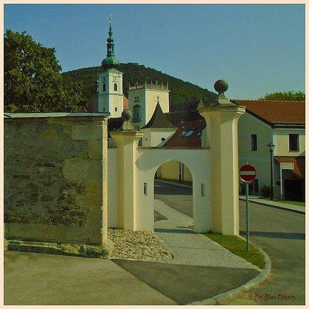 Heiligenkreuz, Rakúsko: Аббатство Хайлигенкройц, крупнейший в Европе цистерцианский монастырь, находится менее чем в получасе езды от Вены
