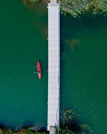 Strefa Wakacji to miejsce, w którym możesz wybierać spośród kilkunastu sportowych aktywności. Wypróbuj swoich sił podczas treningu Open Water, zagraj w bule, pograj w siatkówkę, popływaj kajakiem, poznaj flyboard. To wszystko oraz wiele więcej znajdziesz u nas!