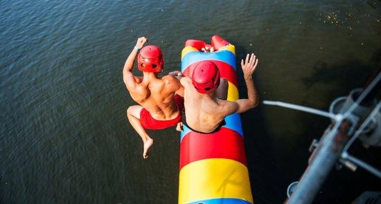 """Strefa Sportów Wodnych została przygotowana dla prawdziwych fanów adrenaliny. Tutaj założysz """"latające papcie"""", czyli flyboard i poszybujesz daleko ponad powierzchnię wody. Do tego skorzystasz z parku wodnej zabawy – WIBIT, uwielbianego przez dzieci i dorosłych. W naszej wypożyczalni znajdziesz: kajaki oraz deski SUP. Przyjedź i sprawdź co jeszcze dla Ciebie przygotowaliśmy!"""