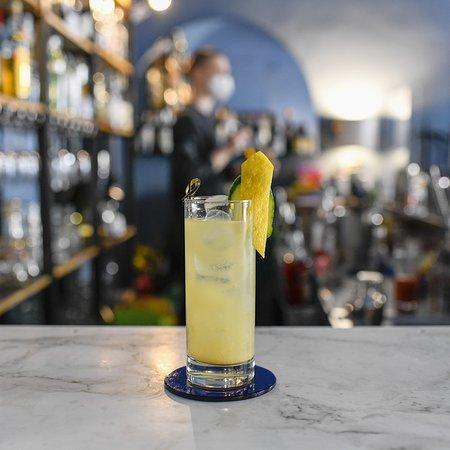 Gin infuso alla salvia, composta artigianale di limoni, lacrime di Masthia, soda.