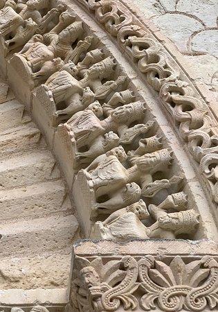 A voir et à revoir, cette abbatiale abrite une incroyable quantité et variété de décors sculptés de très grande qualité. La visite guidée est parfaite (je l'ai faite en 2018) et la ville propose plein de choses à découvrir. Le musée, situé dans les bâtiments de l'abbaye, la fontaine souterraine, les halles et le château.