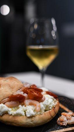 Focaccia con calice di vino bianco.