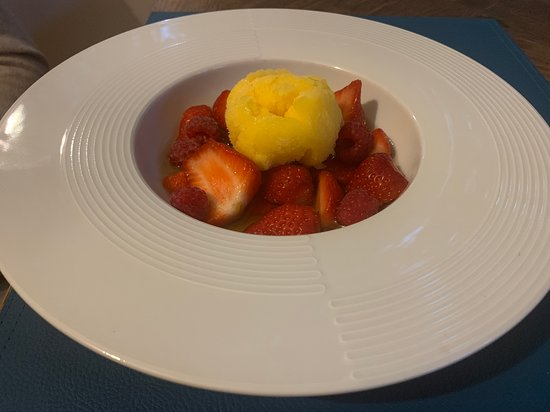nage de fraises et framboises