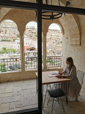 Изюминка номера - терраса/балкон, стол и стулья. Идеально для отдыха и вечернего чая. Так как, номер находится рядом с рестораном, где проходят завтраки, можно его организовать именно на балконе. Я - любитель тишины, поэтому, это идеальный вариант начало дня для меня!