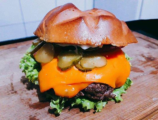 Maravilhoso burger salada: Pão brioche, alface, tomate, blend (150g), picles, cheddar fatiado, maionese, molho verde.