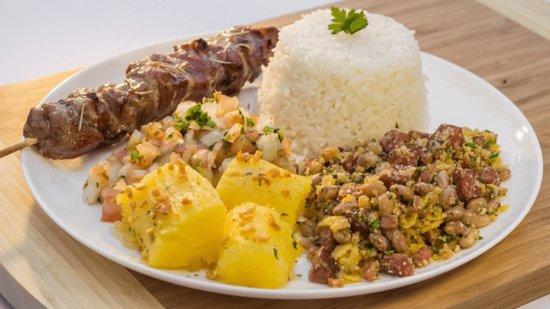 Jantinha completa: Feijão tropeiro, arroz branco, vinagrete, mandioca, espeto a escolha