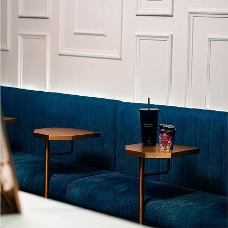 【品嚐、打卡、炫耀:不要錯過我們的DAMA店】  講究,是DAMA的天性,講究美食,講究品味,更講究讓大家在有品味的環境品嘗美食,以及打卡!  自DAMA從中環原店進駐尖沙咀K11 Musea,店內設計與商場建築互動,展現出健康時尚的飲食態度。海藍色藝術牆與最新資訊屏幕、內部寬敞的粉紅色餐飲製作空間、以兩個紅心拼湊出紅唇的本地設計logo、「我是夢者,不是鹹魚」的英語箴言、山巒起伏的硬筆白描設計背牆⋯⋯  一切一切,展示的不但是本地設計師的原創力,更是DAMA的推廣健康美食文化的企圖。  快點來DAMA店,品嚐美食、盡情打卡、四處炫耀!