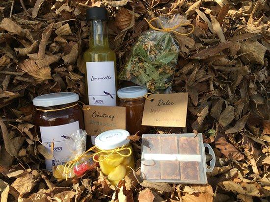 Regalos caseros: Limoncello, Chutney. Dulce, Ajos Confitados en aceite de oliva, Té de Hierbas Serranas (mix de tilo, cedrón, palo amarillo y burro)