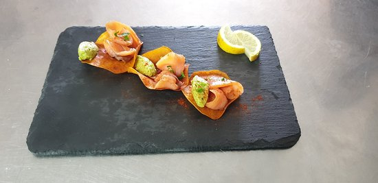 Salmon Ahumado servido en una cama de boniato frito y guacamole