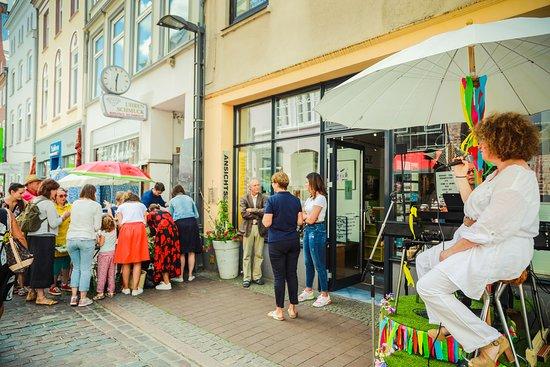 Der Eingang befindet sich gegenüber des Kaffeehauses - hier während des Hüxstraßenfestes.
