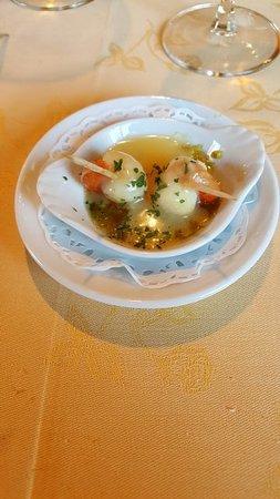 Saint-Vivien-De-Monsegur, France: Amuse bouche, st jacques et sa fondue de poireaux
