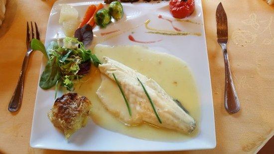 Saint-Vivien-De-Monsegur, France: Filet de bar sauce au beurre blanc