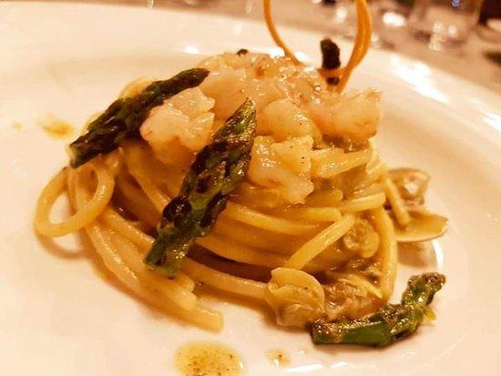 Spaghetti grandi gamberi rosa e asparagi
