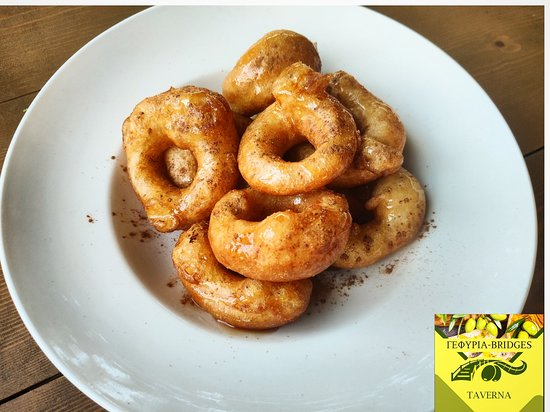 It is made from yeast dough fried in hot oil. The donuts are spherical or ring and drizzle with honey or syrup, garnished with cinnamon and sometimes with sugar icing.