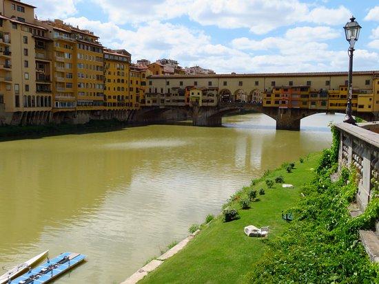 Ponte Vecchio e i palazzi di via de' Bardi (in Oltrarno) che costeggiano l'Arno, visti dal Lungarno Annamaria Luisa de' Medici