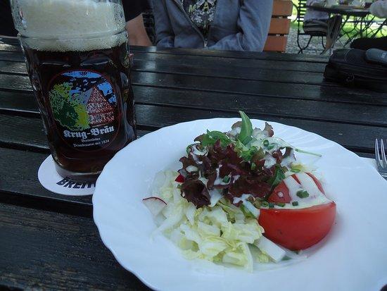 Beilagensalat und Krug - Bräu