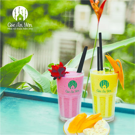 A glass of fragrant strawberries with a glass of greasy banana mango smoothie. That's so great for choosing between the summer heat.