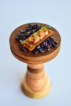 Chrupiący snack na bazie migdałow, fermentowanej soi i śliwek, kaczka rosé, gruszka gotowana w syropie z wanilią i pieprzem seczuańskim.