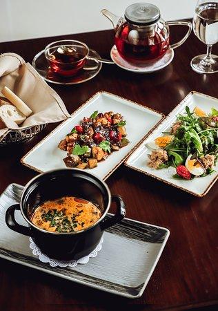 Бизнес-ланчи от шефа в Saint Pierre! Наш ресторан предлагает целую коллекцию деловых обедов по приятным ценам.  В обеденном меню от шеф-повара сделан акцент на разнообразии: средиземноморские, итальянские и паназиатские блюда. Ключевые моменты – сбалансированность и здоровый подход. Бизнес‑сеты обновляются ежедневно. Мы не используем полуфабрикатов, а готовим только из свежих продуктов! Дополните обед бокалом отличного вина по специальной цене - 1.200 тг.