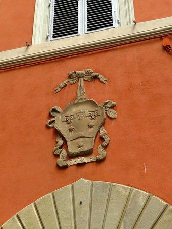 Lo stemma dei Serristori, sopra l'ingresso principale